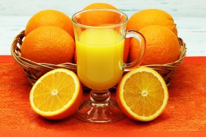 sok wycinity ze wieych pomaraczy w szklance na podkadzie
